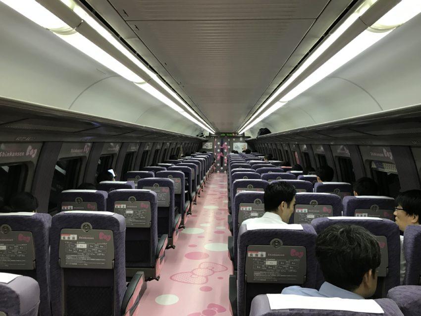 ハローキティ新幹線 2号車
